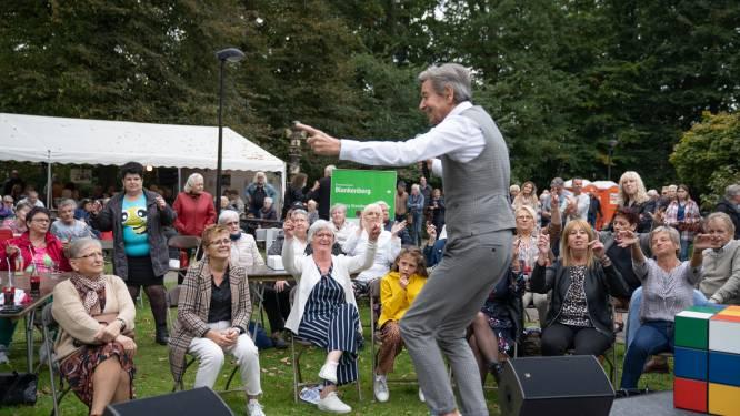 """""""Ze keken er al maanden naar uit"""": Ekerse senioren gooien de beentjes los tijdens optreden van Willy Sommers (69)"""