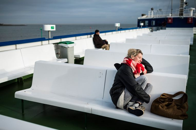 Cath Luyten op de Midsland van Harlingen op weg naar Vlieland. Beeld Kees van de Veen