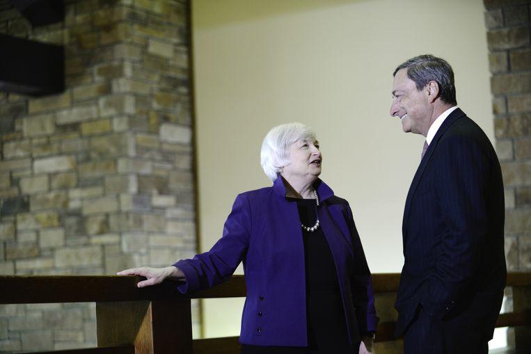 Janet Yellen, topvrouw van de U.S. Federal Reserve, met Mario Draghi, voorzitter van de ECB. Beeld Bloomberg via Getty Images