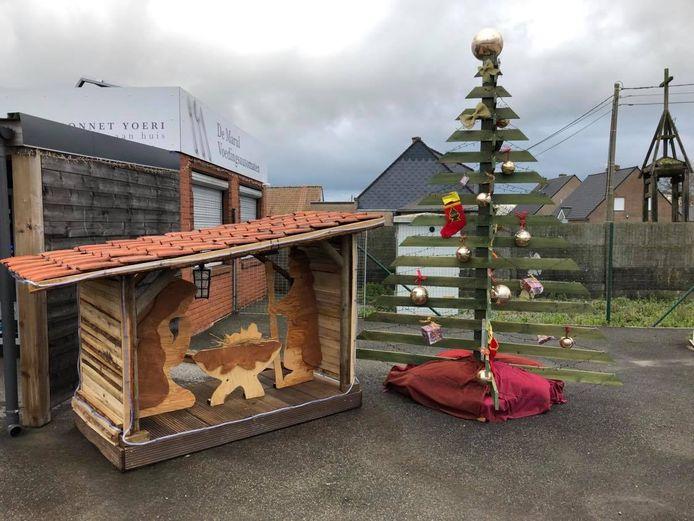 Op het drukke kruispunt van de Beselarestraat en Spilstraat in Zonnebeke zorgde het wijkcomité Molenaarelst voor deze kerststal.