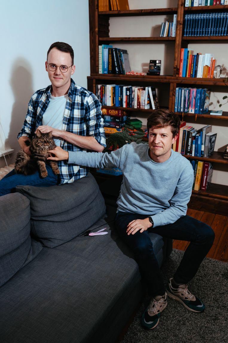 Simon Wuyts (links): 'Soms denk ik wel: wat een cliché, de twee homo's met hun verwende divakat. Maar ja dan is dat maar zo.' Beeld Damon De Backer