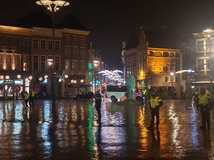 De politie bewaakt de Grote Markt in Zwolle.