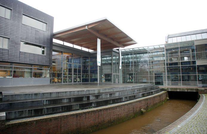 Centrum Hofdael: rechts achter de glazen pui is het oude fabrieksgebouw te zien waarin het Weverijmuseum en creatief centrum De Wiele zich bevinden. Midden, met de luifel de foyer en de bar. Links een deel van de 'kantoor en vergadervleugel'. De theaterzaal is achter de foyer.