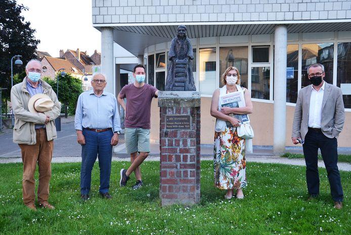 Historici Jaak Peersman en Dirk Van de Perre, Benjamin Adam van Maspoe, burgemeester Tania De Jonge en cultuurschepen Henri Evenepoel bij het beeld van Despauterius in de Despauteerstraat Ninove.