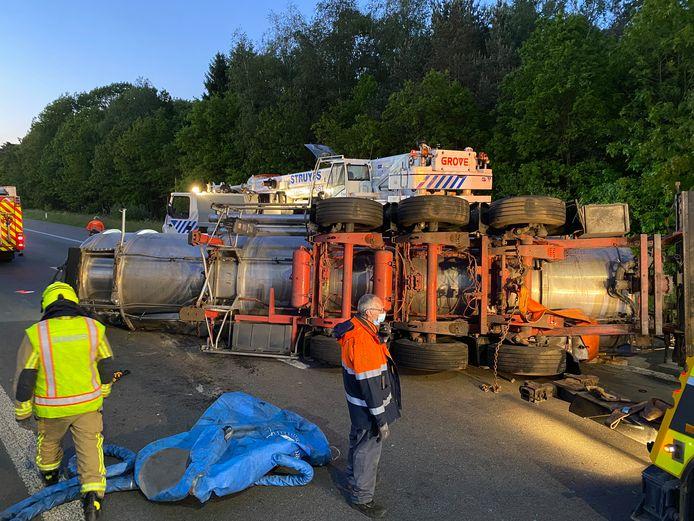 De E34 in Zoersel geraakte volledig versperd door een ongeval met een tankwagen.