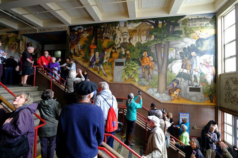 De controversiële muurschildering bij de hoofdingang van de George Washinghton High School in San Francisco trekt veel bekijks.  Beeld AP