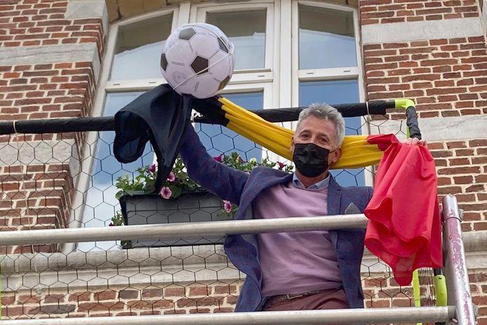 Gary Peeters aan stadhuis van Landen. Sinds vandaag sieren vlaggen, goals en voetballen er de voorgevel.