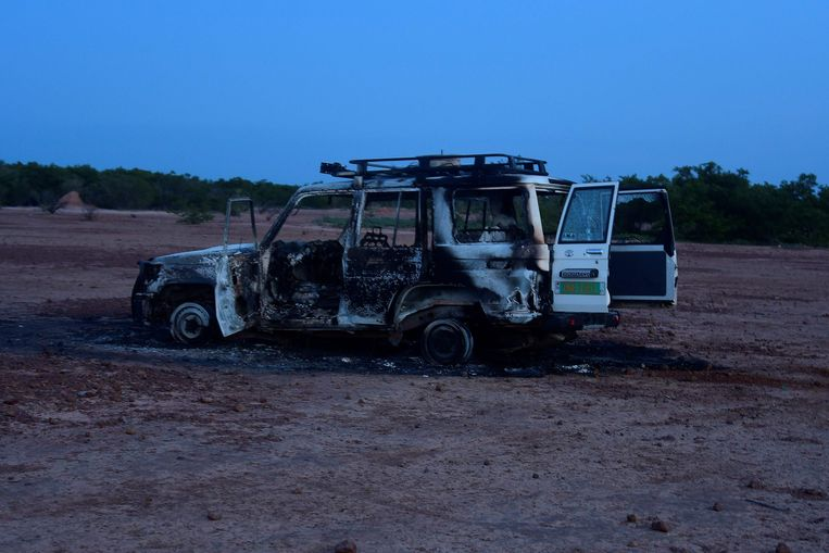 De auto waarin zes Franse hulpverleners, hun lokale gids en de chauffeur werden gedood door onbekende schutters op motorfietsen in een gebied in het zuidwesten van Niger. Beeld AFP