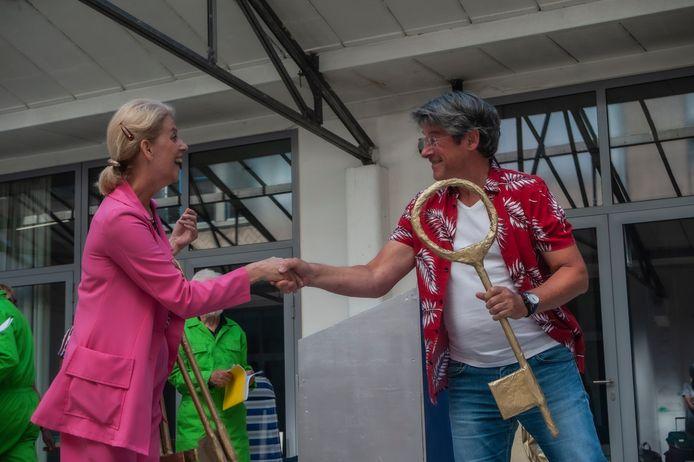 Karin Schenk (links) bij repitities van 'Pleisketier, de musical'