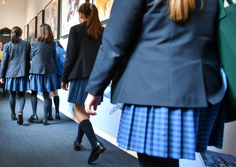 Britse meisjes in uniformrok. In een school nabij Brighton is dit sinds kort verboden. Beeld BELGAIMAGE