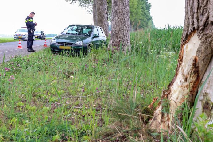 Niet alleen de auto maar ook de boom raakte flink beschadigd.