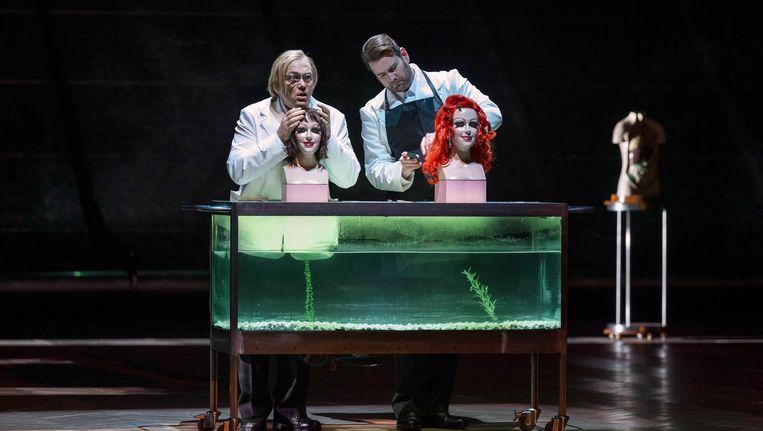 Christiopher Maltman als Wozzeck ( l) en Jason Bridges als Andres bij De Nationale Opera Beeld Ruth Walz