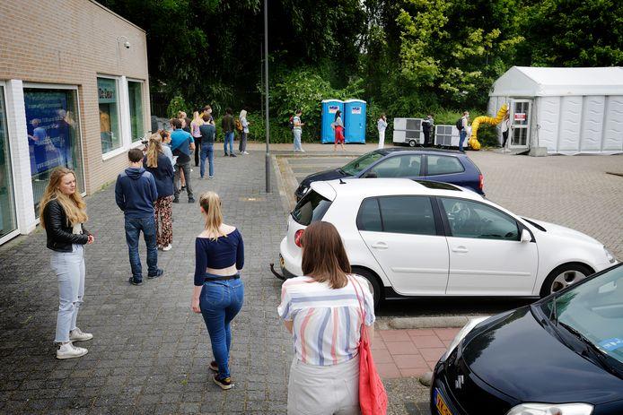 Lange rijen bij Testen voor toegang , op parkeerplaats zwembad Den Hommel in Utrecht.