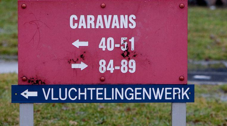 bordje van Vluchtenlingenwerk op de opvanglocatie van het Centraal Orgaan opvang Asielzoekers (COA) in Ter Apel. Foto ANP Beeld