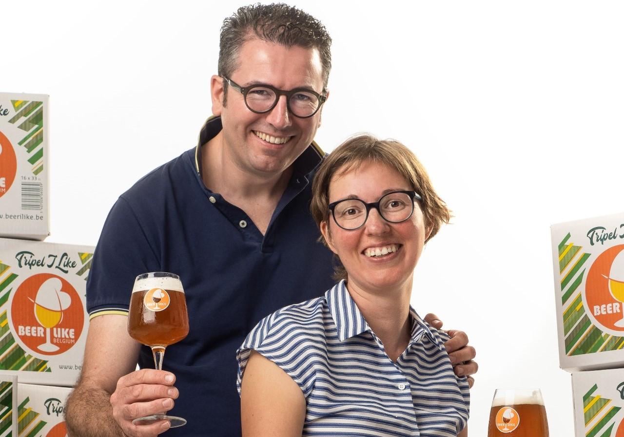 Pieter Van den Weghe en Lies Bouvry zijn fier op de erkenning van hun eerste glutenvrije bier.