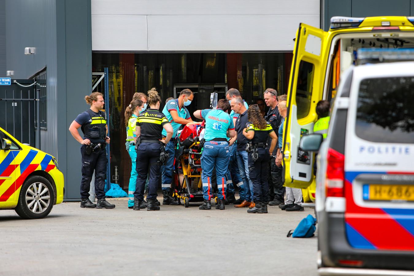 Bedrijfsongeval Apeldoorn, man met spoed naar ziekenhuis gebracht.