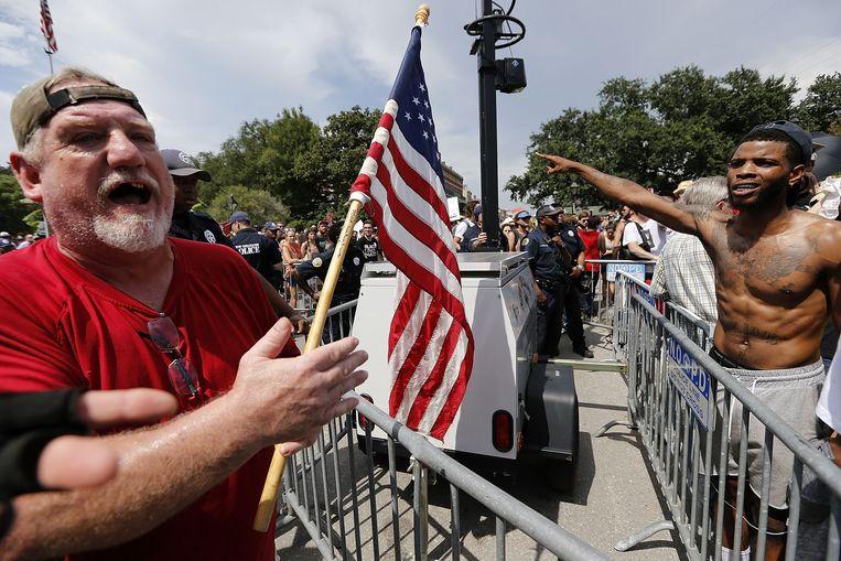 Demonstranten van alt-right en tegenbetogers in New Orleans, Louisiana.  Beeld AFP