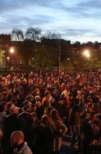 """Zeker 1.500 aanwezigen op Flageyplein, politie grijpt niet in - Van Ranst: """"Ga naar huis, verkloot het niet voor de rest van de bevolking"""""""