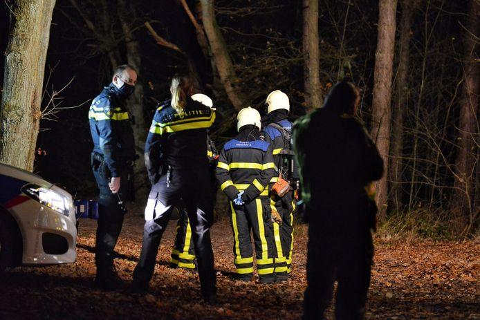 Tientallen vaten met vermoedelijk drugsafval werden in het bosgebied achtergelaten.