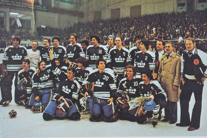 Nederlands ijshockeyteam uit 1979 met daarop Klaas van den Broek van Tilburg Trappers (nr 15)