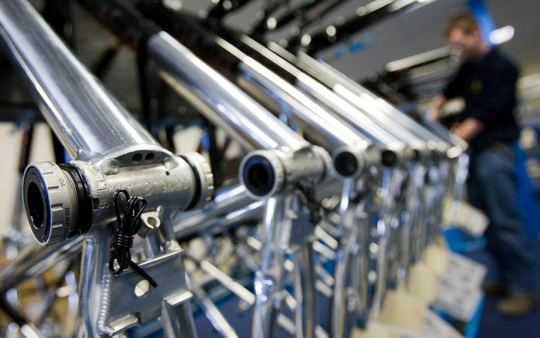 In een assemblagefabriek van de Accell Groep worden fietsen in elkaar gezet.  Beeld Lex van Lieshout