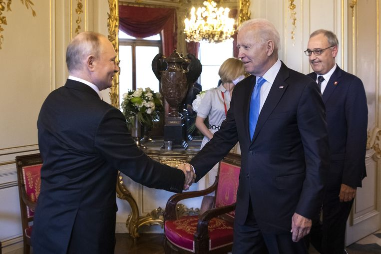 De Russische president Vladimir Poetin schudt de hand van zijn Amerikaanse ambtgenoot Joe Biden, woensdag tijdens hun topontmoeting in Genève. Rechts achter Biden de Zwitserse federale president Guy Parmelin. Beeld EPA