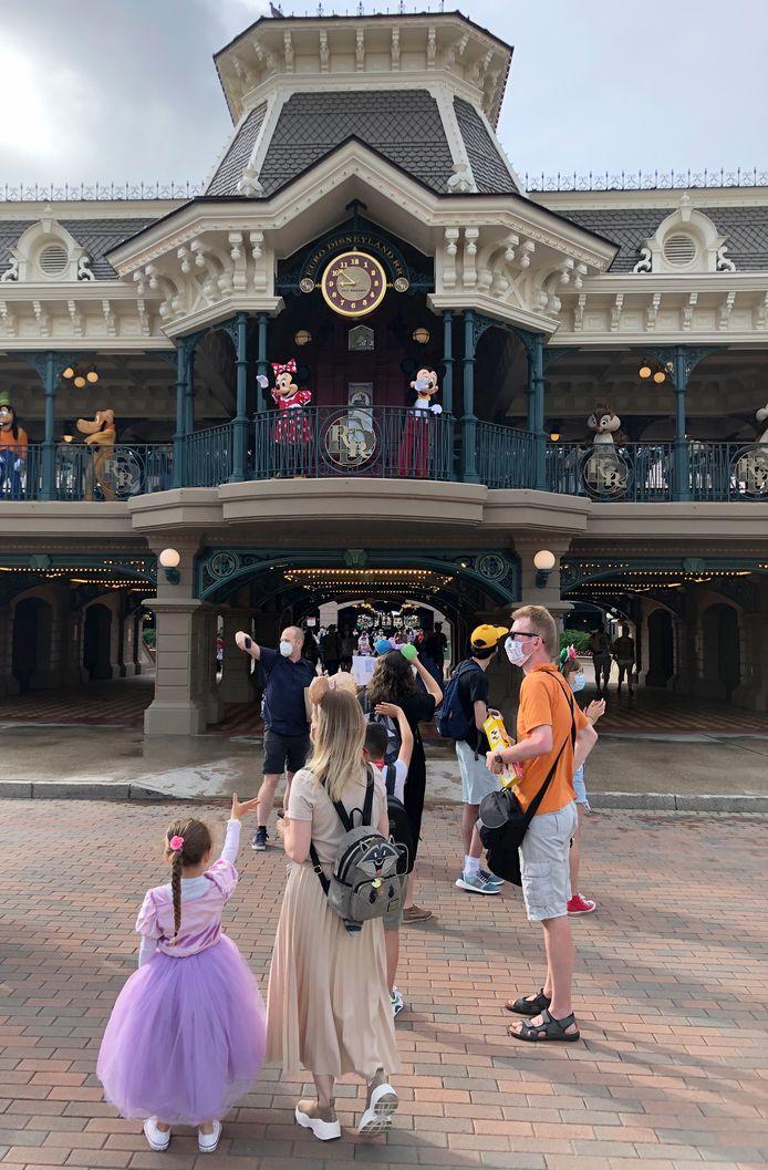 De bekende Disneyfiguren en het personeel zwaaide en applaudisseerde voor de bezoekers.