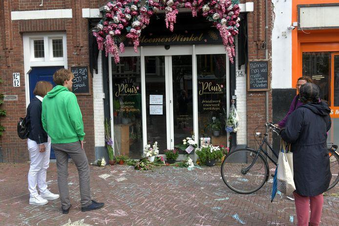 Klanten en buurtbewoners staan geschokt bij Bloemenwinkel Pluis vanwege het overlijden van bloemiste Janet (51).