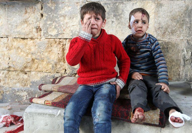Gewonde kinderen na luchtaanvallen in Aleppo. Beeld REUTERS
