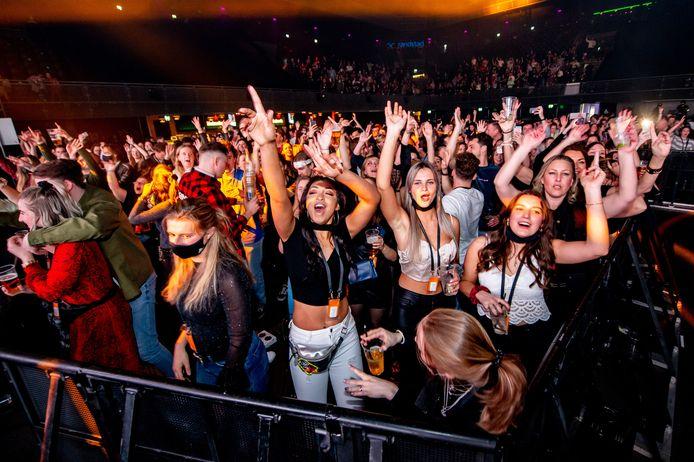 Dansende bezoekers van een dance event in Ziggo Dome in januari van dit jaar. Tijdens een reeks evenementen, zoal dit event, onderzocht Fieldlab hoe grote groepen mensen bijeen kunnen komen in coronatijd.