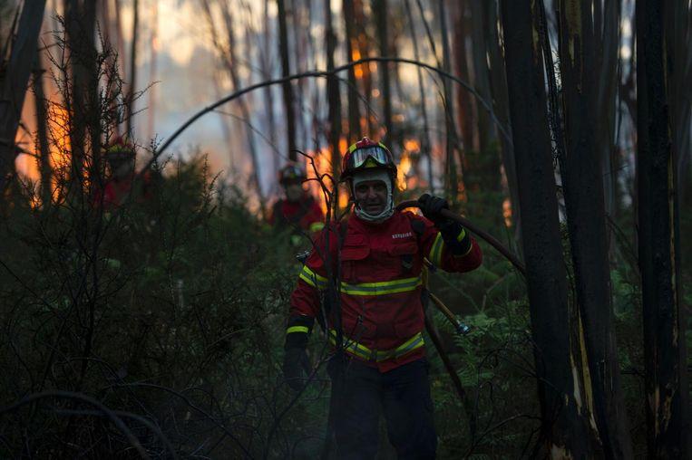 Een brandweerman in de buurt van Mosteiro