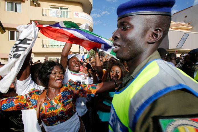 Aanhangers van de nieuwe president Adama Barrow vieren zijn inauguratie.