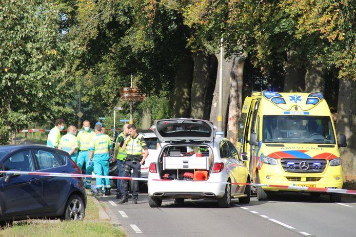 Hulpverleners op de plek van het ongeval ter hoogte van hotel De Kastanjefabriek op de oude N18 in Eibergen.