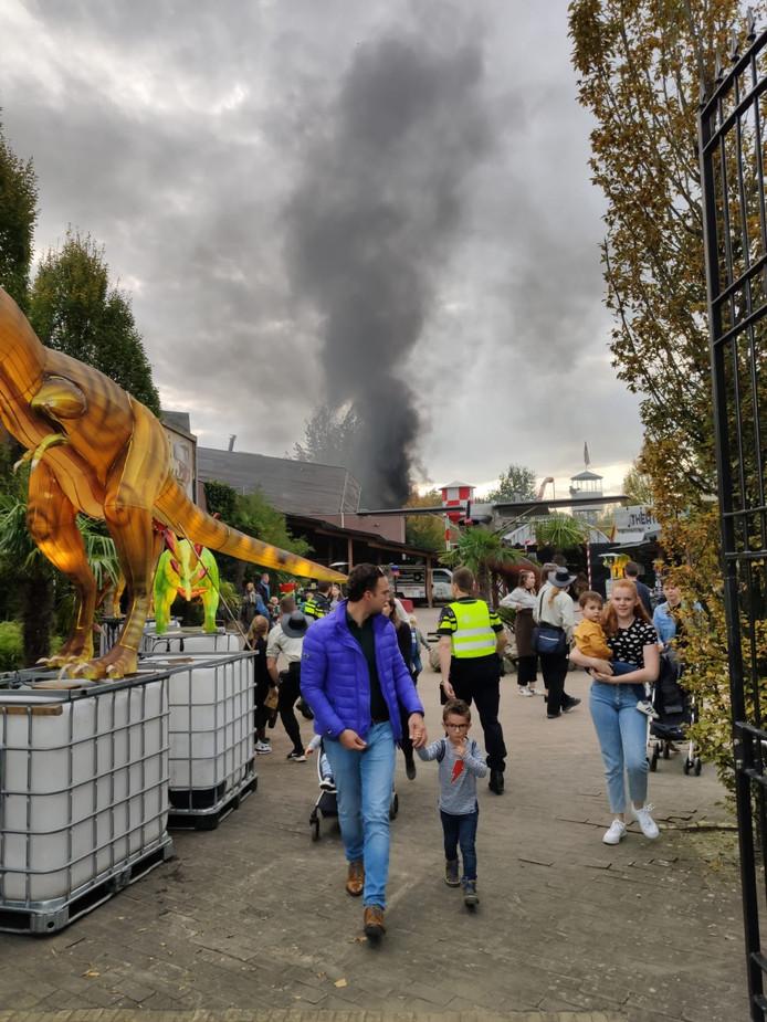 Brand bij Dinoland in Zwolle. Honderden bezoekers werden geëvacueerd.
