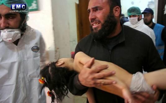 Een man draagt een slachtoffer van de aanval op Khan Sheikhoun dinsdag.