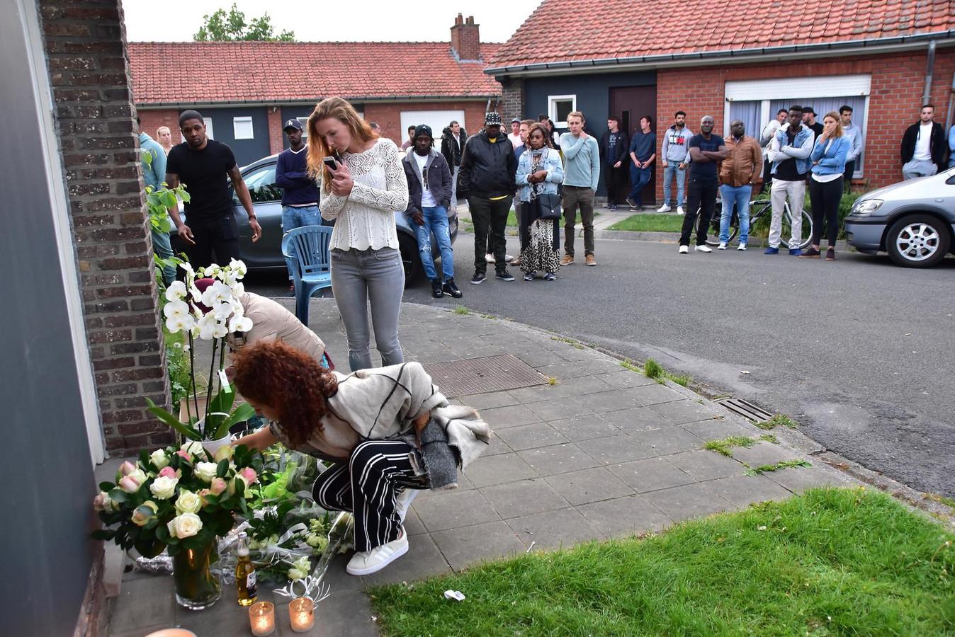Familie en vrienden hielden, kort na de dood van Lamine Bangoura, een ingetogen moment aan zijn huurwoning in de Mezenstraat in Roeselare. Voor de deur legden ze bloemen en staken ze kaarsjes aan.
