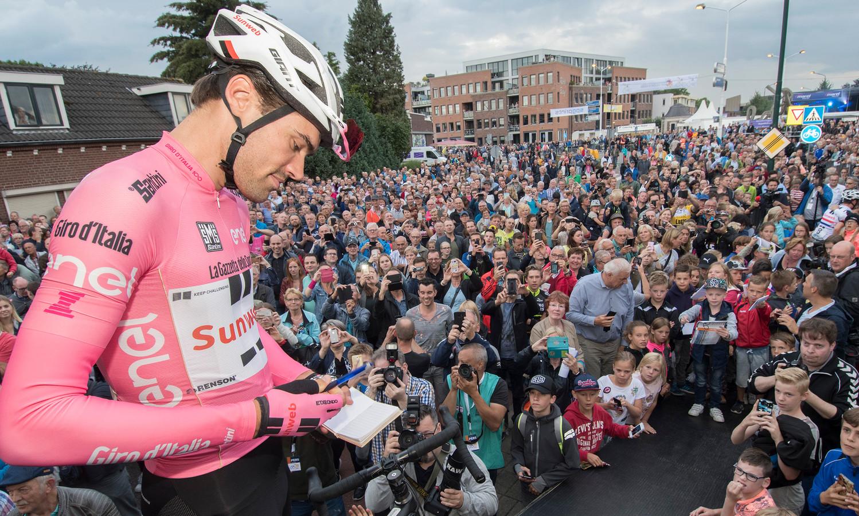 Tom Dumoulin trekt veel bekijks en deelt handtekeningen uit, vorig jaar in Boxmeer.