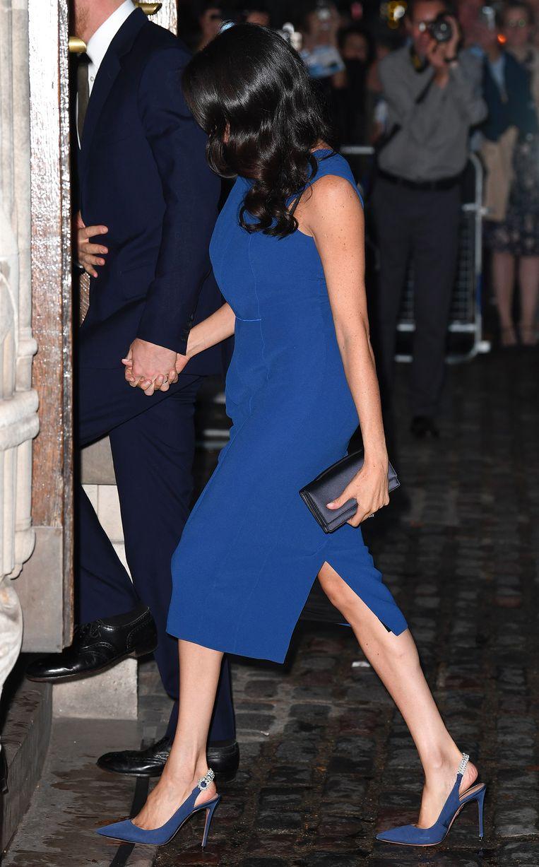 In een felblauwe jurk van Jason Wu en schoenen van Aquazurra.