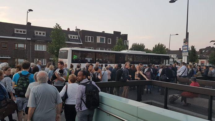 Reizigers moesten verder reizen per bus.