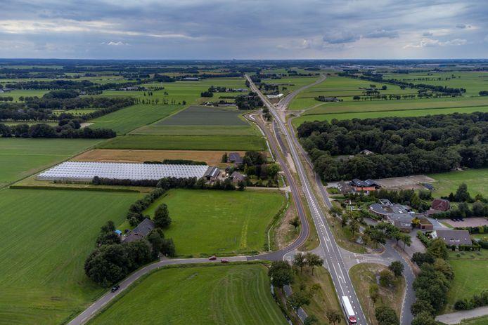 Dronefoto van de kruising van de Engellandweg met de Hessenweg (N340) bij Ankum, gemeente Dalfsen. Rechts zit hotel-restaurant Het Roode Hert en links daar schuin tegenover kwekerij Onderdijk. Een kruispunt 'hogerop', bij de Ankummerdijk en de Cubbinghesteeg, splitst de nieuwe N340 zich richting Zwolle af van de oude provinciale weg.