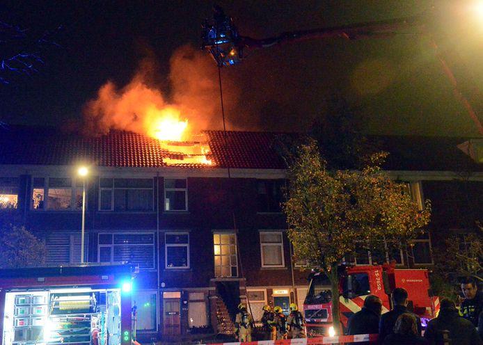 Achttien woningen in de Rederijkerstraat in Den Haag werden ontruimd tijdens de zeer grote brand.
