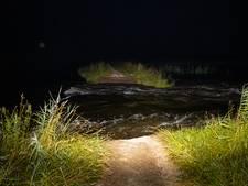 Water slaat gat van 15 meter in zwakke zomerdijk bij Hattem, waterschap verrast