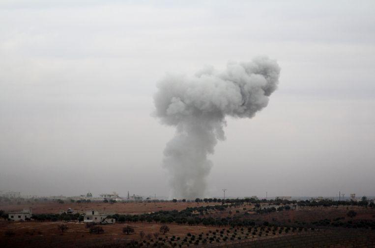 Rook kringelt op in Al-Tamanah,  in de Syrische provincie Idlib. De foto werd gisteren genomen. Beeld AFP