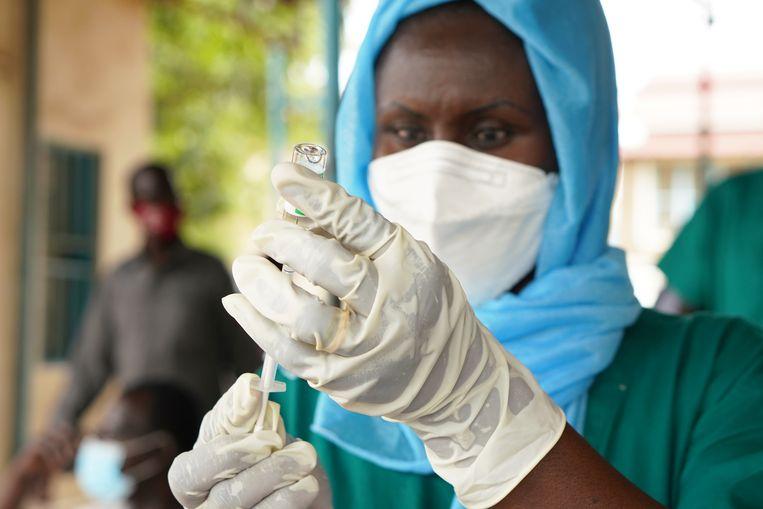 In Juba, Zuid-Soedan maakt een zorgmedewerker een AstraZeneca-vaccin klaar. Het kan nog tot 2024 duren voordat iedereen in Afrika is gevaccineerd.  Beeld Getty Images