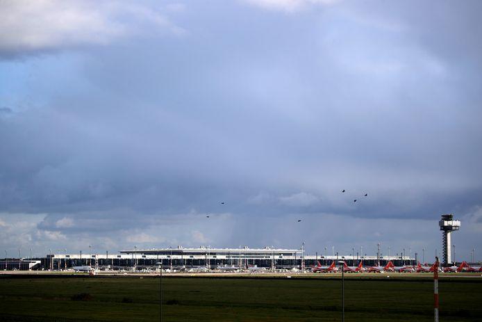 Terminal 1 gezien van buitenaf met vanwege corona geparkeerde Easyjet-toestellen.