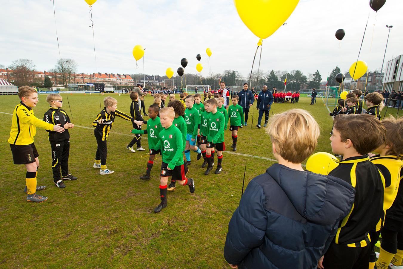Sterrentoernooi bij HVV in Den Haag. HVV begroet Feyenoord bij de opening.