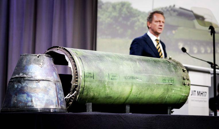 Fred Westerbeke en een onderdeel van de Buk-raket die MH17 neerhaalde tijdens een persbijeenkomst van het Joint Investigation Team, dat onderzoek doet naar de crash van vlucht MH17.  Beeld AFP