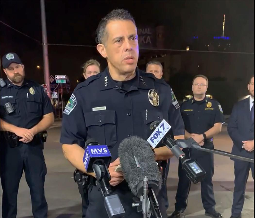 Interim-commissaris Joseph Chacon van de politie van Austin tijdens een persmoment op zaterdagnacht. (12/06/2021)