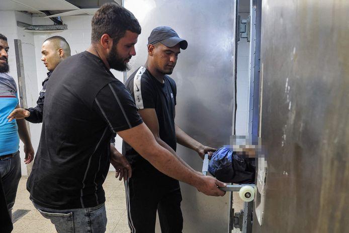 Palestijnen tonen het lichaam van de 15-jarige jongen.