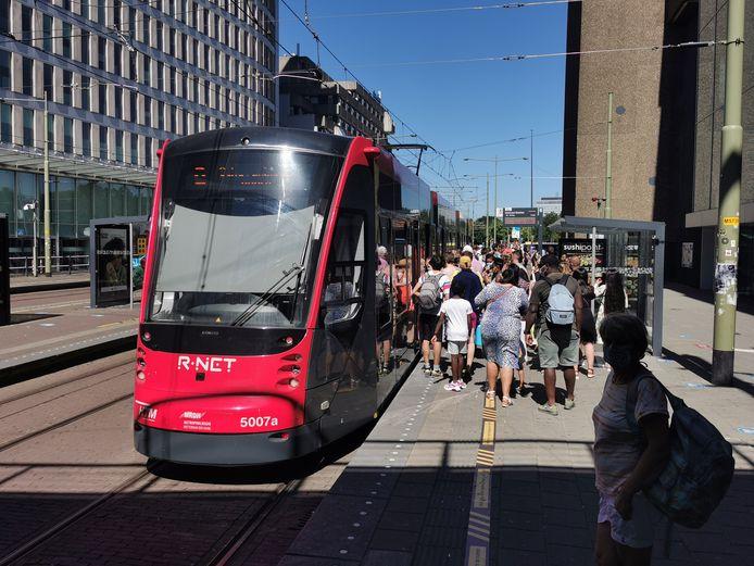 Drukte in de trams richting Scheveningen op de warmste dag van het jaar.